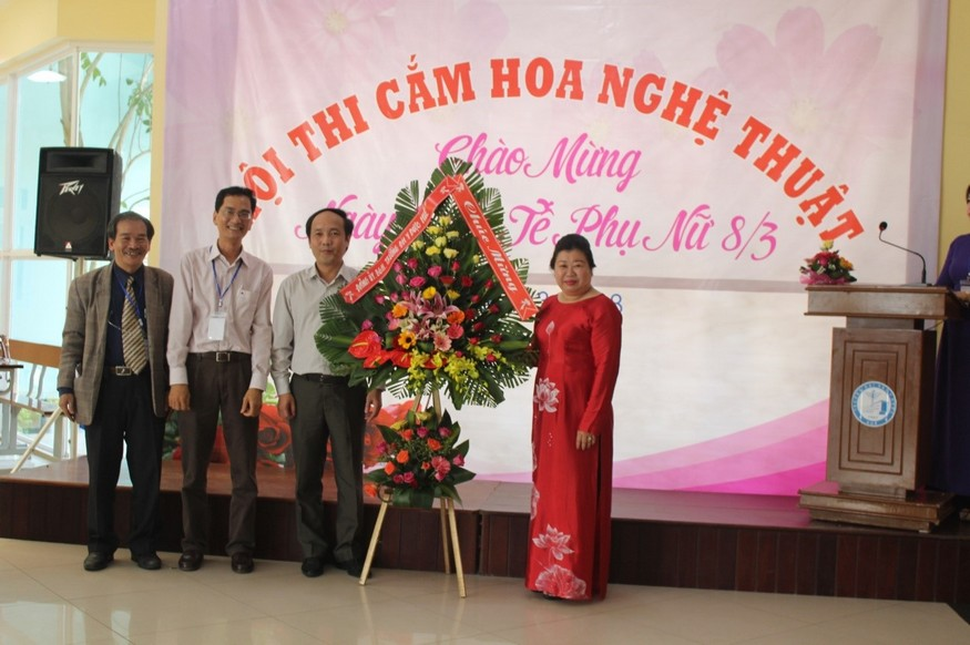 PGS.TS Nguyễn Khoa Hùng –Phó Hiệu Trưởng tặng hoa nhân ngày 8.3 cho nữ CBVC