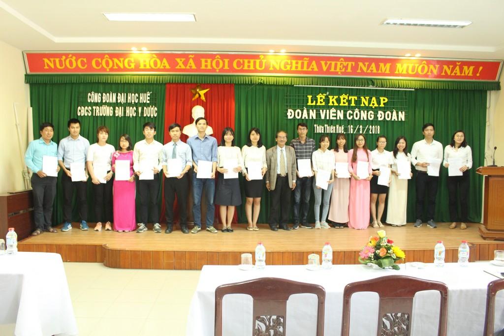 Đ/c Trần Đình Bình – Phó chủ tịch Công đoàn trao quyết định cho đoàn viên mới