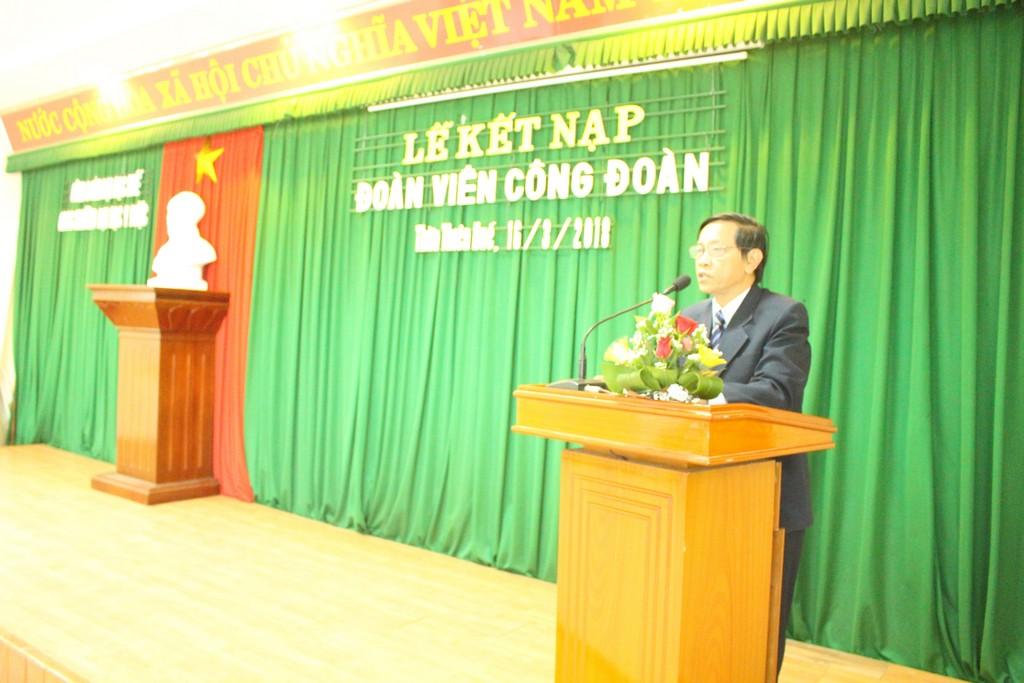 Đ/c Trần Văn Hòa - Chủ tịch Công đoàn phát biểu - giao nhiệm vụ cho đoàn viên mới