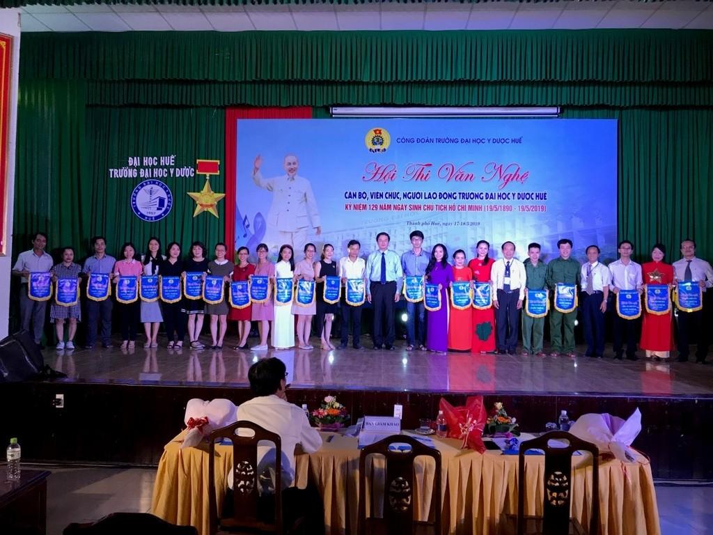 Các Đơn vị dự thi nhận cờ lưu niệm của Ban tổ chức