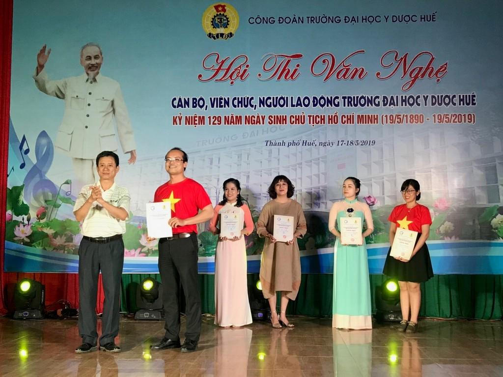 TS. Nguyễn Sanh Tùng trao giải A cho Phòng TCHC + KHCN-HTQT và các giải thể loại tốp ca