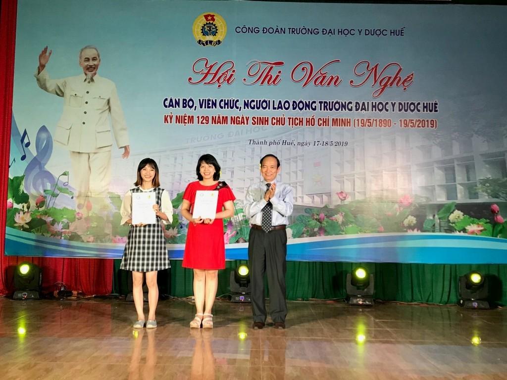 GS Trần Hữu Dàng trao thưởng cho thể loại múa