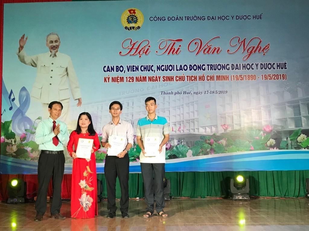 GS Nguyễn Hải Thủy trao thưởng cho thể loại độc tấu, song tấu