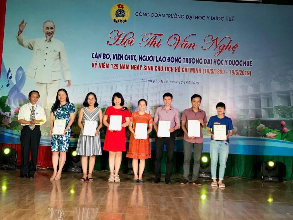 Đ/c Trần Văn Hòa trao thưởng cho thể loại tốp ca