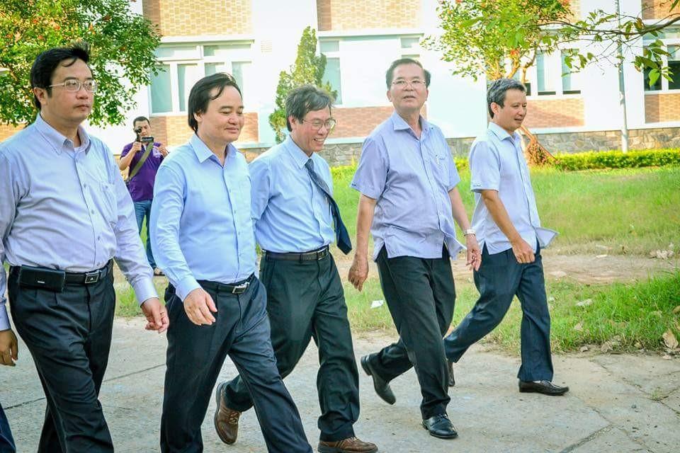Bộ trưởng Phùng Xuân Nhạ tham quan Trường Đại học Y Dược Huế
