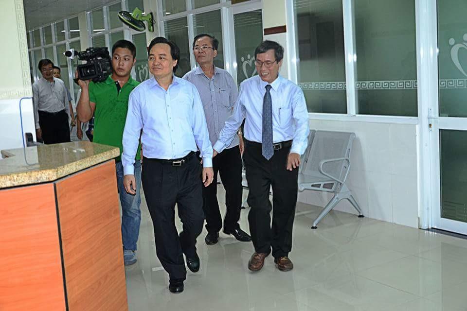Bộ trưởng Phùng Xuân Nhạ tham quan Bệnh viện Trường Đại học Y Dược Huế.