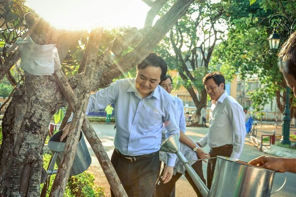 Bộ trưởng Phùng Xuân Nhạ cùng BGH trồng cây lưu niệm trong sân Trường.