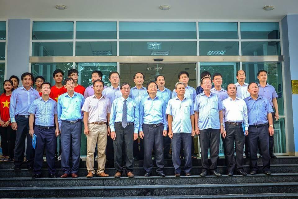 Đoàn công tác của Bộ GD-ĐT chụp ảnh lưu niệm cùng Trường Đại học Y Dược Huế