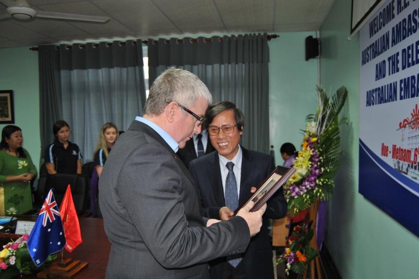 GS. Cao Ngọc Thành tặng quà lưu niệm cho Ngài Đại sứ Úc Craig Chittick.