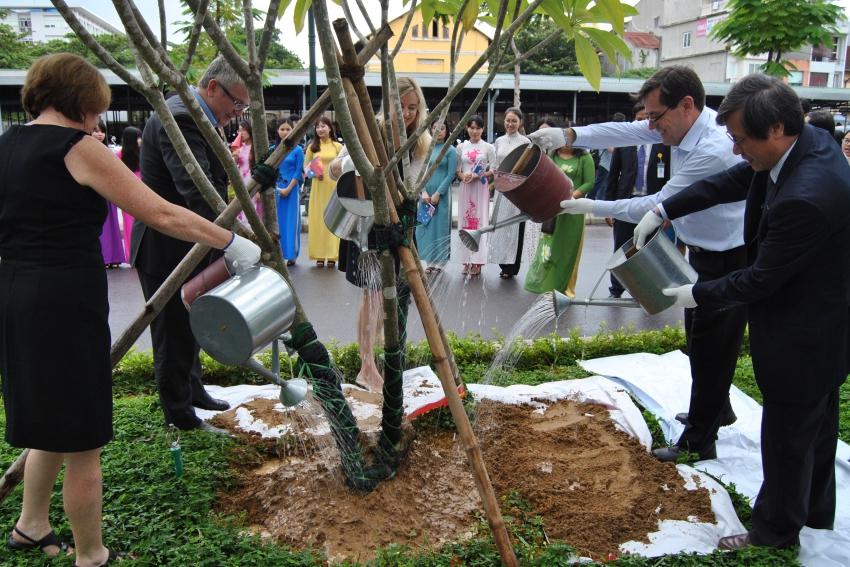 GS. Cao Ngọc Thành, Hiệu trưởng Trường cùng trồng cây lưu niệm với Đại sứ Úc và các cán bộ cấp cao của Đại sứ quán Úc tại sân trường Đại học Y Dược Huế.