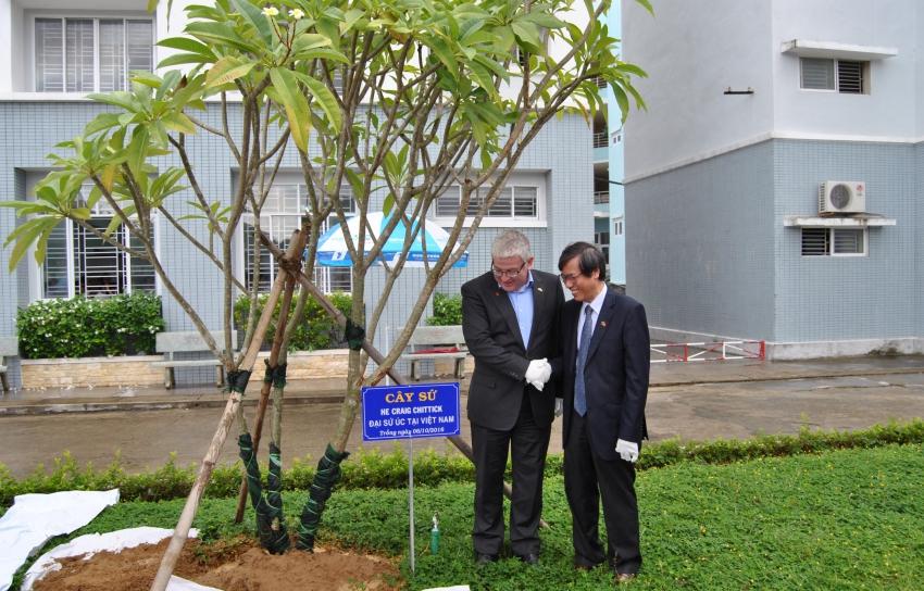 GS. Cao Ngọc Thành, Hiệu trưởng Trường cùng chụp ảnh lưu niệm với Ngài Đại sứ Úc Craig Chittick.