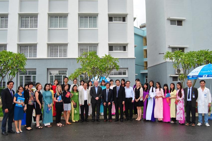 Trường Đại học Y Dược cùng chụp ảnh lưu niệm với Đại sứ Úc và các cán bộ cấp cao của Đại sứ quán Úc.