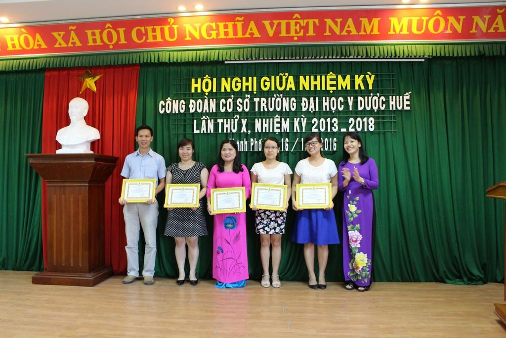 Trao thưởng Giấy khen cho của CĐ ĐHH cho tập thể và cá nhân có thành tích