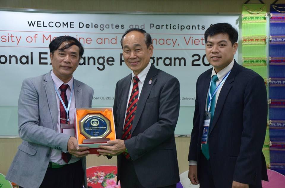 Trao quà lưu niệm cho Khoa YTCC – ĐH Thammasat