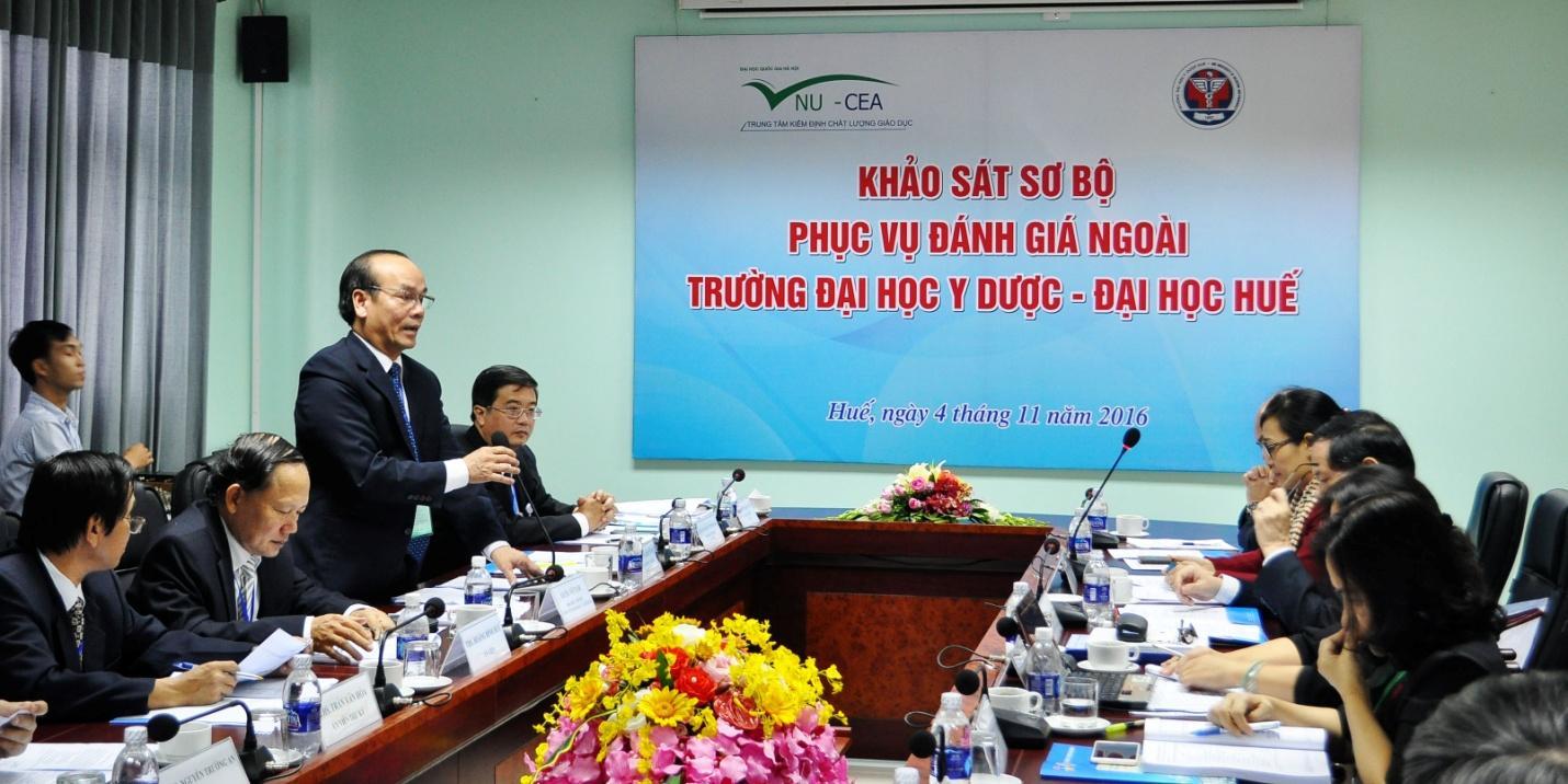 GS. Võ Tam, Phó Hiệu trưởng Trường trao đổi tại buổi khảo sát sơ bộ.