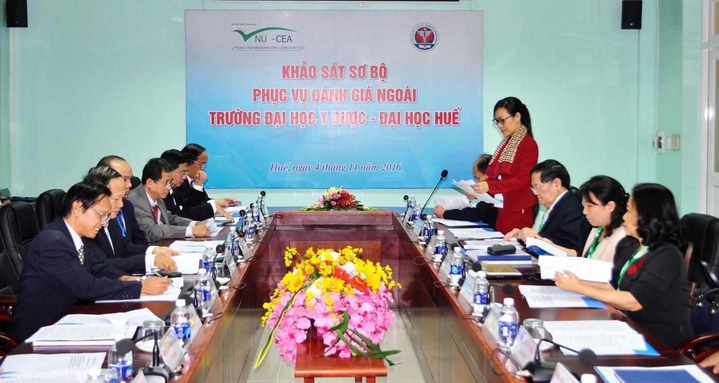 TS.Tạ Thị Thu Hiền PGĐ  Trung tâm KĐCLGD-ĐHQGHN & Đoàn chuyên gia đánh giá ngoài làm việc với Trường Đại học Y Dược Huế.