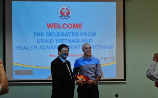 Associate Professor Nguyen Vu Quoc Huy, Vice Rector gave a souvenir to Mr Todd Pollack, the Director of HAIVN