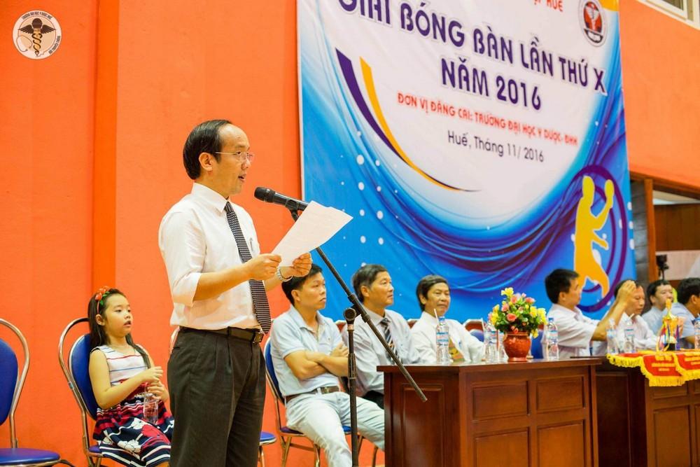 PGS. Nguyễn Khoa Hùng đọc diễn văn khai mạc giải Bóng bàn hội thể thao ĐH và CN Huế lần thứ 10.