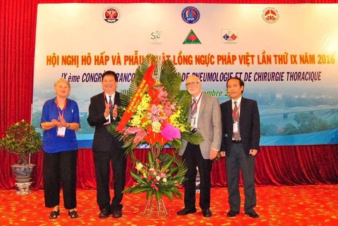 Ông Nguyễn Dung - Phó Chủ tịch UBND tỉnh Thừa Thiên Huế tặng hoa chúc mừng Hội nghị