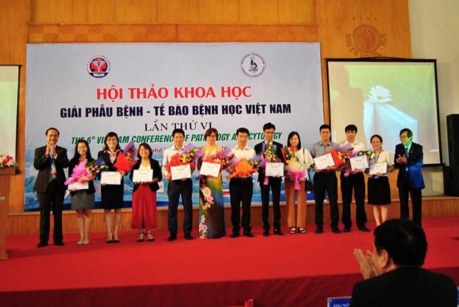 Đồng chủ tịch Hội thảo: GS.Cao Ngọc Thành và PGS.Trịnh Tuấn Dũng tặng hoa cho các nhà tài trợ