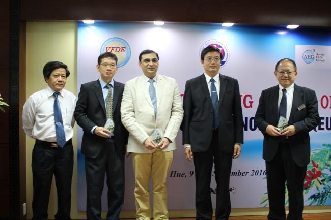 Ban Giám Hiệu, Chi Hội Nội soi tiêu hóa miền trung chụp hình lưu niệm với các giảng viên của khóa học.