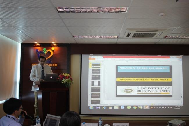 GS. Pankaj N. Desai đến từ Ấn Độ trình bày tại hội thảo.