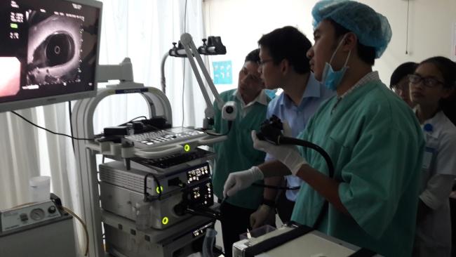 Các học viên thực hành siêu âm – nội soi trên máy và mô hình.
