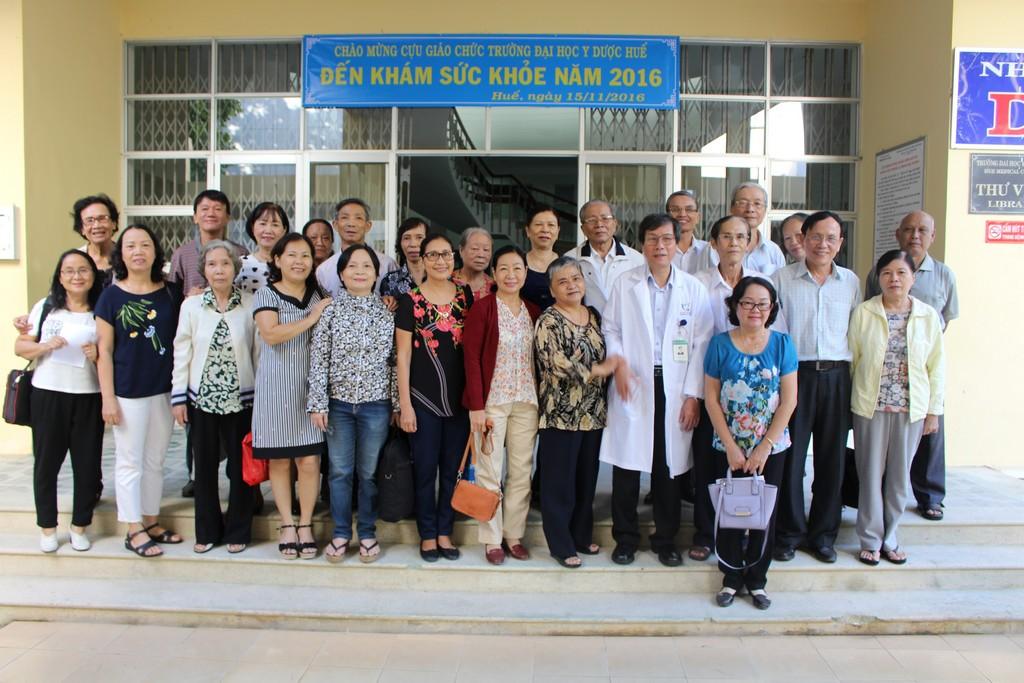 GS. Cao Ngọc Thành – Hiệu trưởng chụp ảnh lưu niệm cùng Hội giáo chức trong dịp khám sức khỏe
