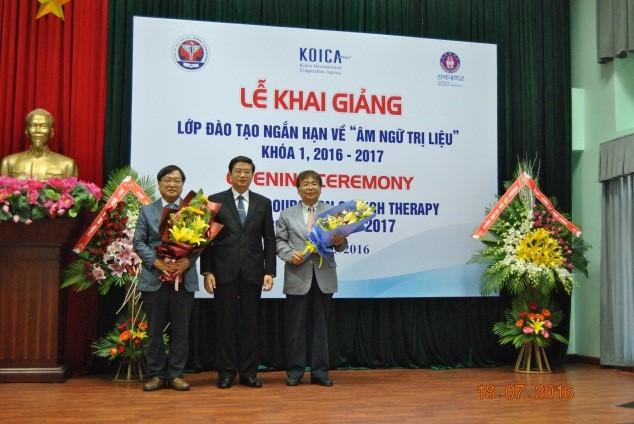 PGS. TS. Nguyễn Vũ Quốc Huy – Phó Hiệu trưởng tặng hoa cho các Giáo sư Hàn Quốc