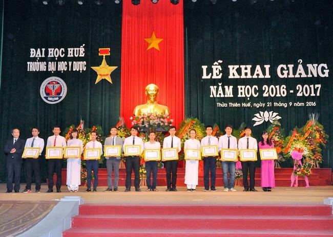 PGS. Nguyễn Khoa Hùng, Phó hiệu trưởng Nhà Trường trao tặng Giấy khen của Hiệu trưởng cho 13 tập thể Tiên tiến năm học 2015-2016