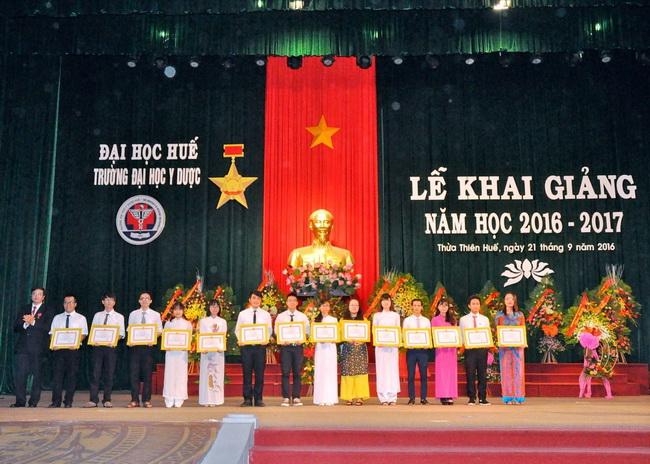 PGS. Nguyễn Vũ Quốc Huy, Phó Hiệu Trưởng Nhà Trường trao tặng Giấy khen cho 14 sinh viên tiêu biểu năm học 2015-2016