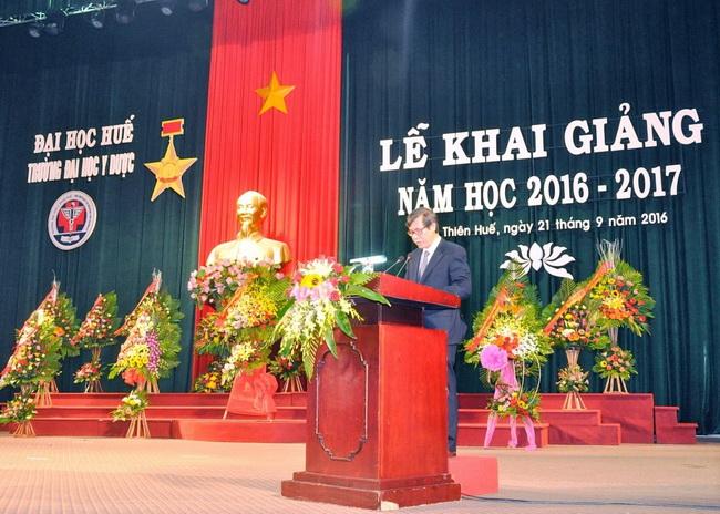 GS. Cao Ngọc Thành, Bí thư Đảng ủy, Hiệu trưởng nhà trường đọc diễn văn khai mạc lễ khai giảng năm học 2016-2017.