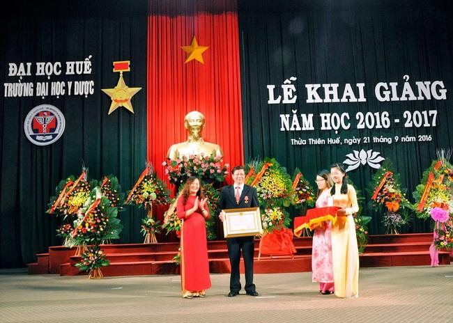 Bà Đoàn Thị Thanh Huyền, Uỷ viên Thường vụ Tỉnh ủy, trao Huân chương Lao động hạng Nhì cho GS.TS Huỳnh Văn Minh, Giám đốc Trung tâm Tim mạch Bệnh viện Trường ĐHYD .