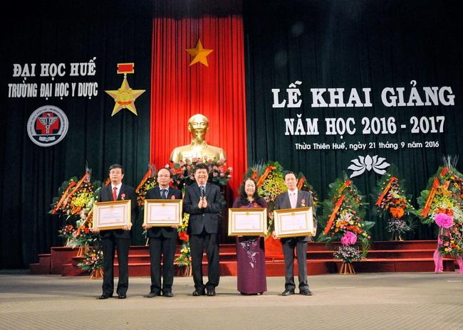 PGS.TS Nguyễn Dung, Tỉnh ủy viên, Phó Chủ tịch  UBND Tỉnh T.T. Huế trao Huân chương lao động hạng Ba cho các cá nhân có thành tích xuất sắc.