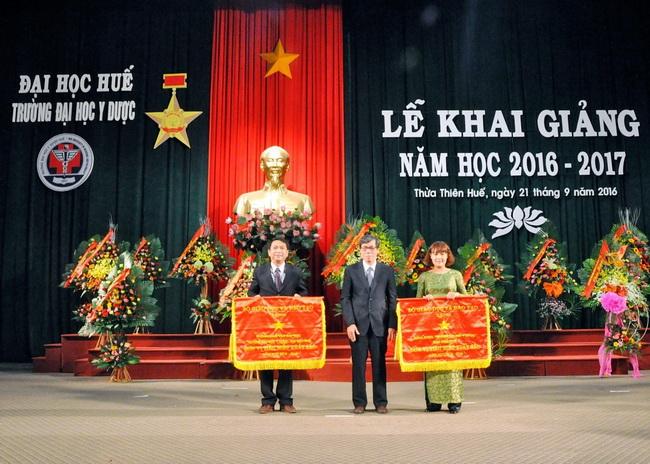 GS. Cao Ngọc Thành, Bí Thư Đảng ủy, Hiệu trưởng nhà Trường trao Danh hiệu Chiến sĩ thi đua cấp Bộ cho các cá nhân tiêu biểu.