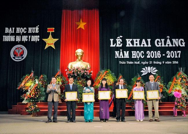 TS. Nguyễn Sanh Tùng, Chủ tịch hội đồng trường trao bằng khen của Bộ Giáo dục và đào tạo cho tập thể có thành tích xuất sắc.