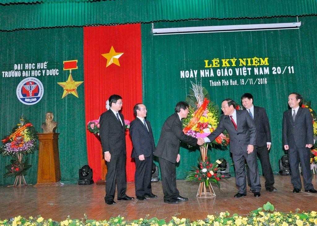 BGH thay mặt Nhà Trường đón nhận lẵng hoa chúc mừng từ Ông Nguyễn Văn Cao -  Phó Bí thư Tỉnh uỷ, Chủ tịch UBND Tỉnh T-T-Huế và Ông Nguyễn Dung – Tỉnh Uỷ viên, Phó Chủ tịch UBND Tỉnh T-T-Huế