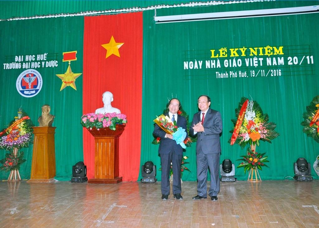 Ông Nguyễn Văn Cao - Phó Bí thư Tỉnh uỷ, Chủ tịch Hội đồng Nhân dân Tỉnh T-T-Huế tặng hoa chúc mừng GS.Võ Tam, Phó hiệu trưởng Trường đã được Hội đồng chức danh Giáo sư Nhà nước công nhận đạt tiêu chuẩn chức danh GS năm 2016.