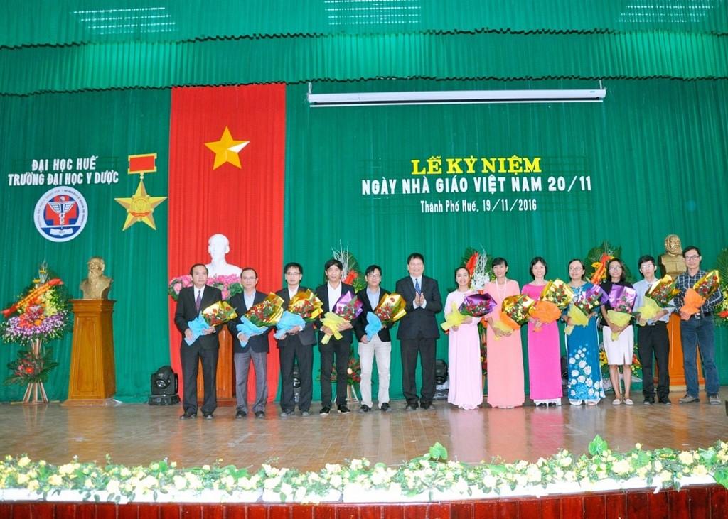 PGS.TS Nguyễn Dung, Phó Chủ tịch UBND Tỉnh T-T-Huế tặng hoa chúc mừng cho các Tân Tiến sĩ của Trường.