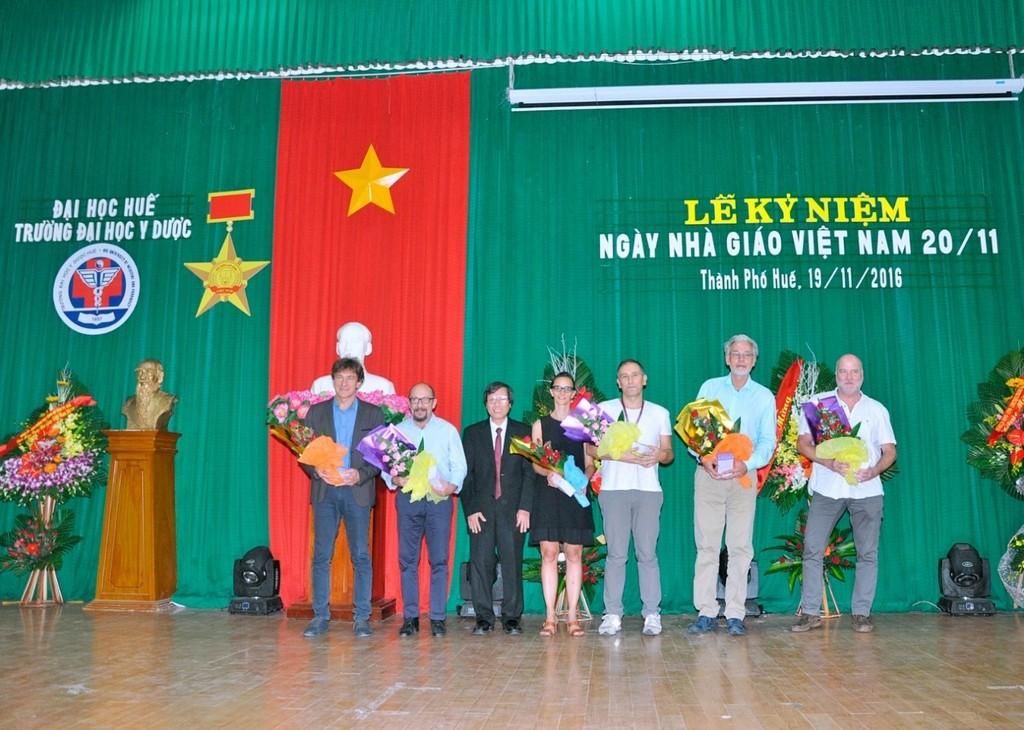GS.Cao Ngọc Thành - Bí thư Đảng uỷ, Hiệu trưởng Trường tặng hoa chúc mừng cho các GS nước ngoài đang công tác tại Trường.