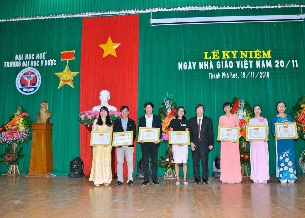 GS.Cao Ngọc Thành - Bí thư Đảng uỷ, Hiệu trưởng Trường trao giấy khen Khuyến khích tài năng Đại học Huế cho các thầy cô được khen thưởng.