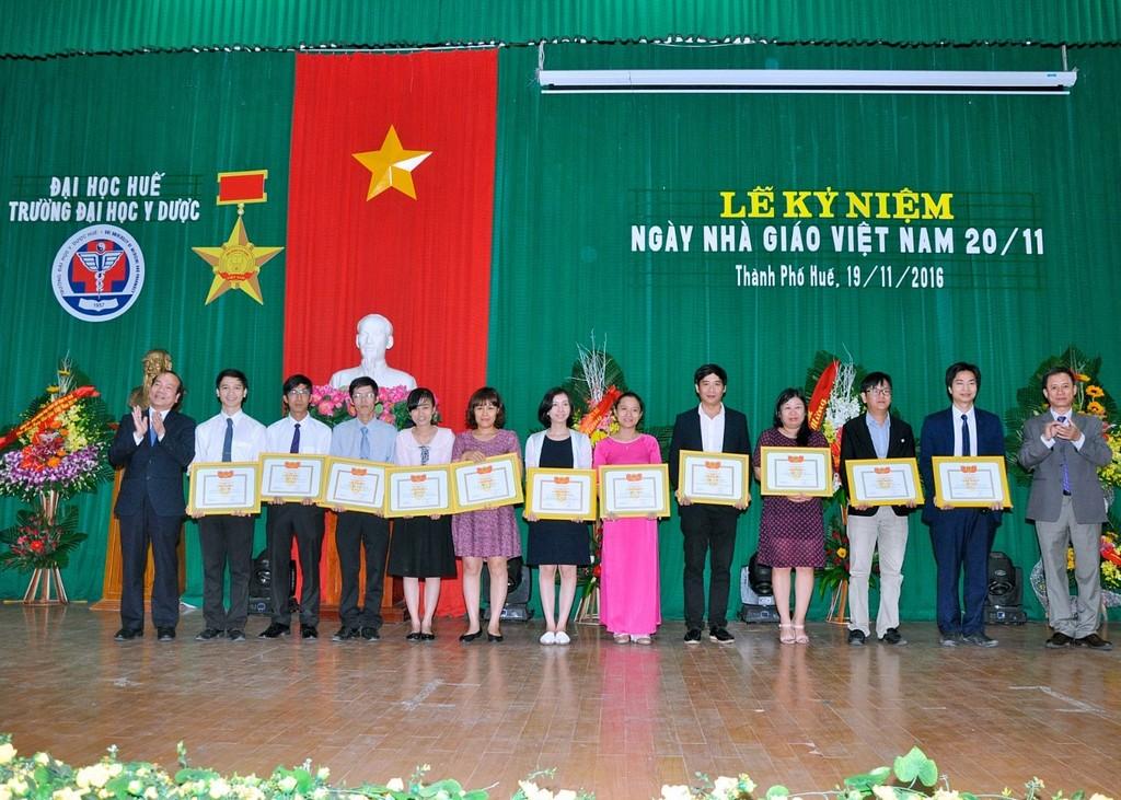 GS. Võ Tam - Phó Hiệu trưởng Trường và TS.Nguyễn Sanh Tùng - Chủ tịch Hội đồng Trường trao giấy khen Khuyến khích tài năng Đại học Huế cho các thầy cô được khen thưởng.