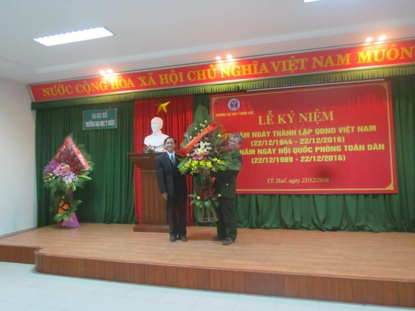 Đồng chí Trần Văn Hòa, chủ tịch Công đoàn Trường Đại học Y Dược Huế, đại diện Công đoàn Trường tặng hoa chúc mừng cho Hội CCB Trường.