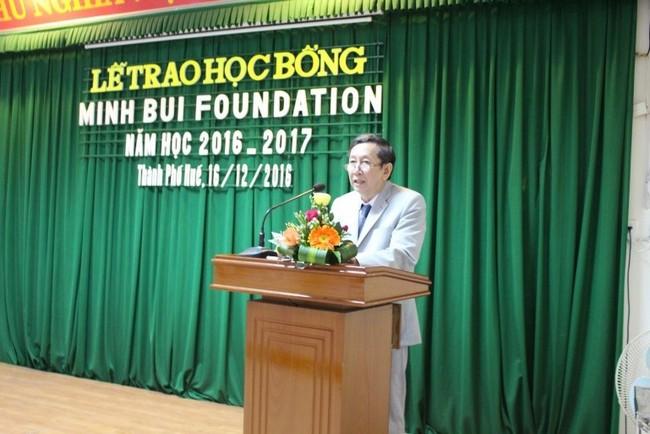 BS Võ Khắc Chắc đọc thư của GS Bùi Văn Minh tại lễ trao học bổng