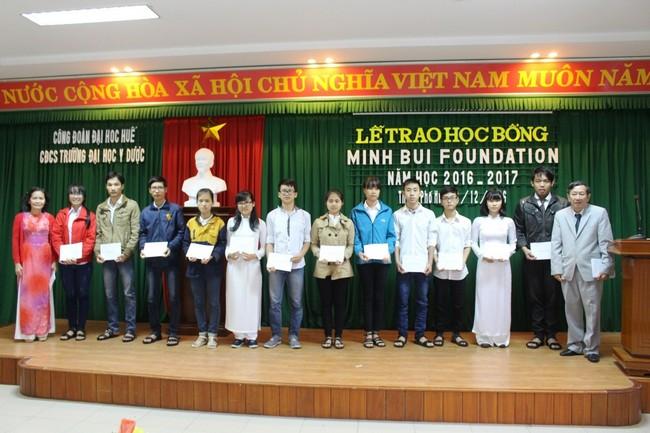 Đại diện nhà tài trợ trao học bổng Minh Bui MD Foundation cho Sinh viên