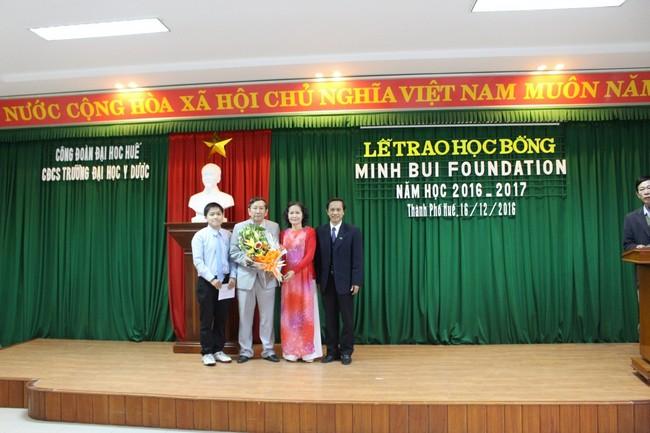 Tặng hoa  cho đại diện nhà tài trợ học bổng Minh Bui MD Foundation