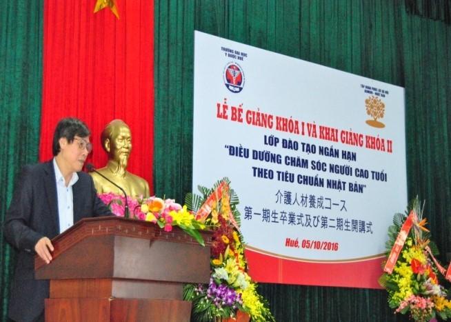 GS.Cao Ngọc Thành, hiệu trưởng trường Đại học Y Dược Huế phát biểu tại buổi lễ..