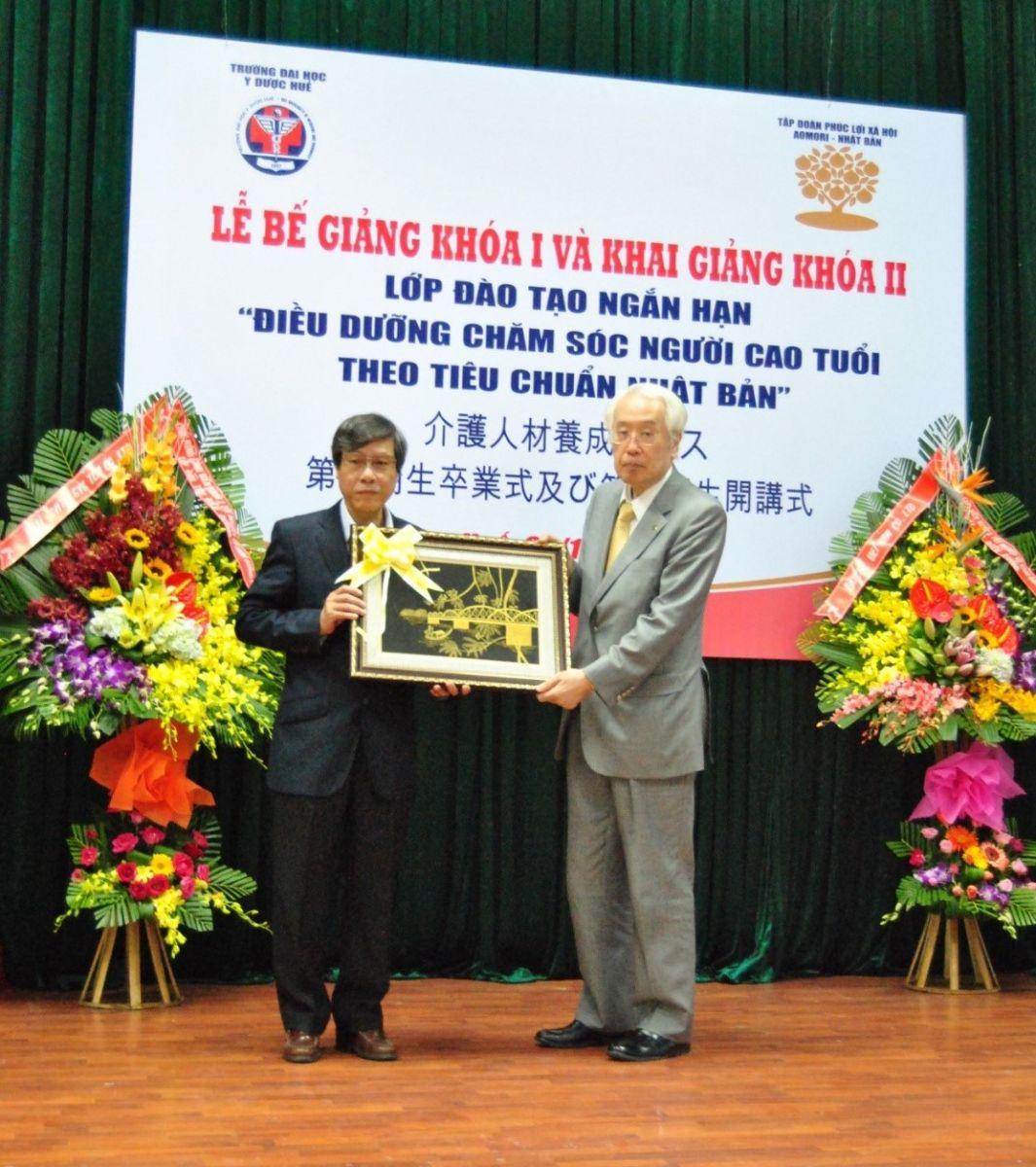 GS.Cao Ngọc Thành tặng quà lưu niệm cho tập đoàn phúc lợi xã hội Aomori Nhật Bản.
