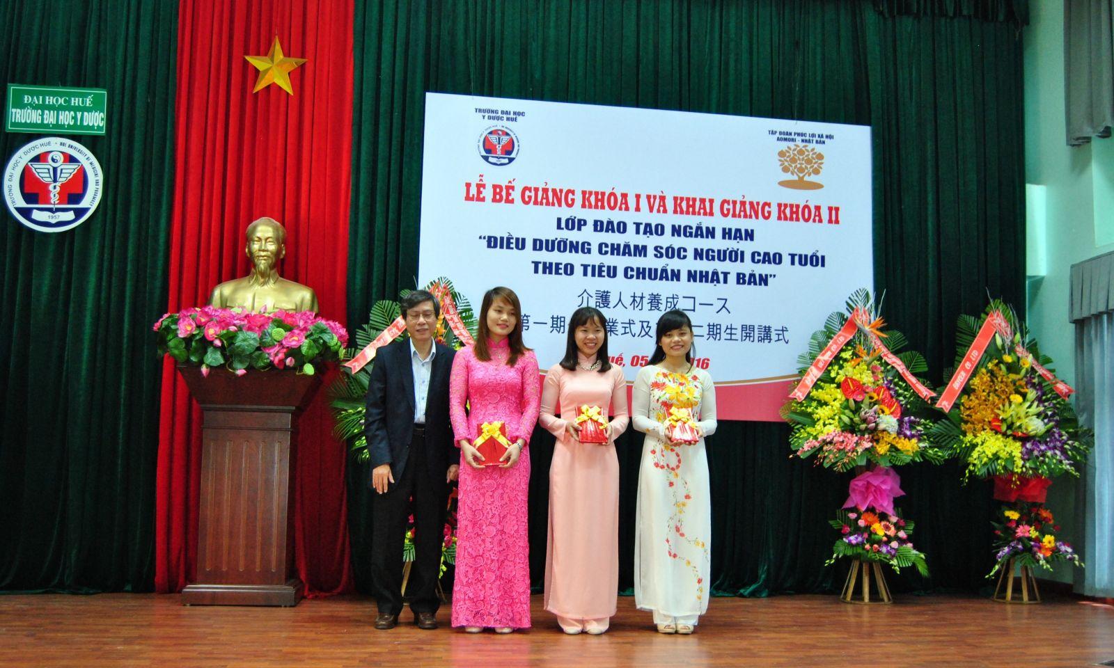 GS.Cao Ngọc Thành tặng quà cho các em học viên xuất sắc