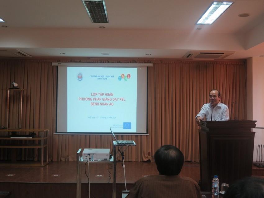 GS. Võ Tam, Phó hiệu trưởng phát biểu tại buổi lễ khai mạc khóa tập huấn.